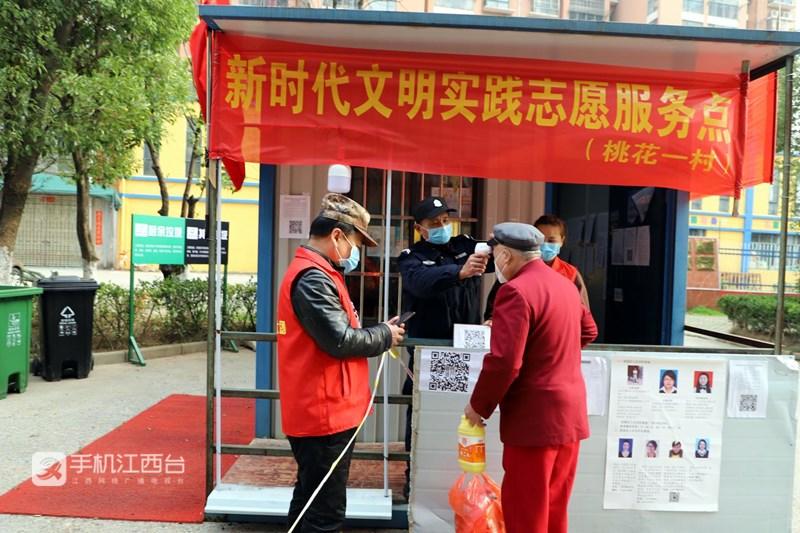 桃花镇法律明白人参与疫情防控工作,为居民测体温。