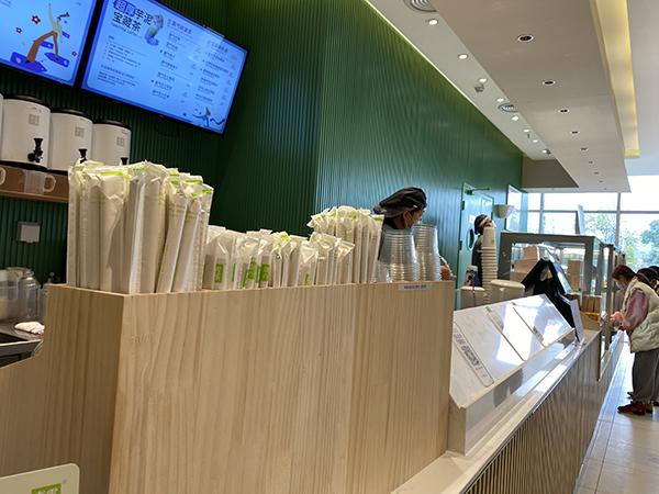 部分奶奶茶店已经换上了纸质吸管
