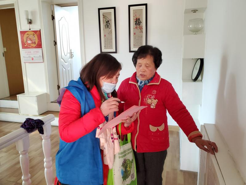 垃圾分类指导员和志愿者上户开展垃圾分类活动