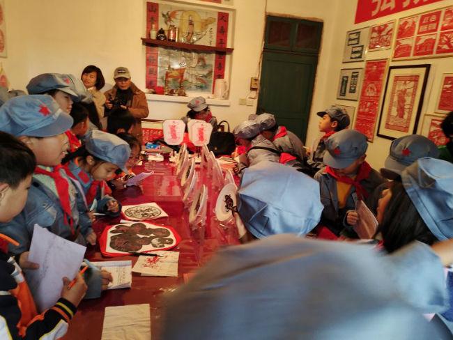 南城县建昌小学学生参观剪纸艺术照(摄影   周志萍)