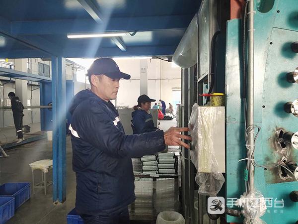 转产就业(江西网络台记者周学军摄)