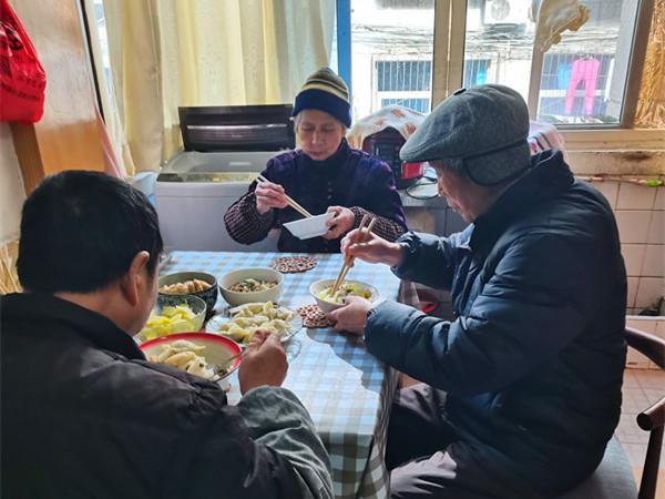 曾民为父母和哥哥准备的午餐
