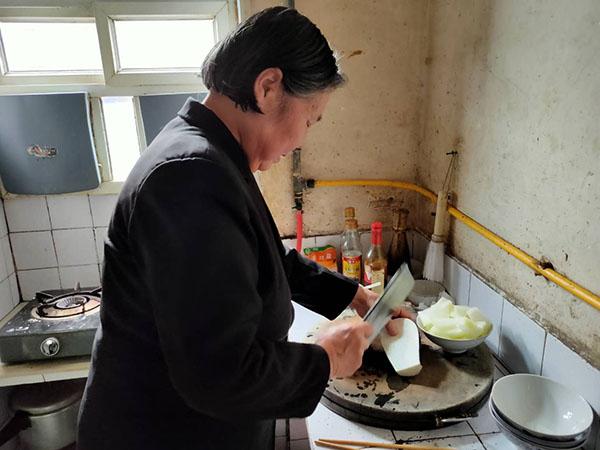 黄启兰在家中做饭