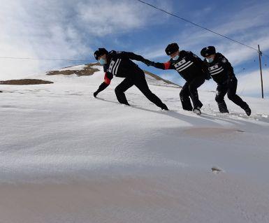 海拔3900米!新疆铁警翻越雪山达坂 排查影响行车安全隐患