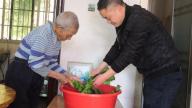赣州寻乌八零后驻村第一书记情洒帮扶村 带领贫困户过暖心年