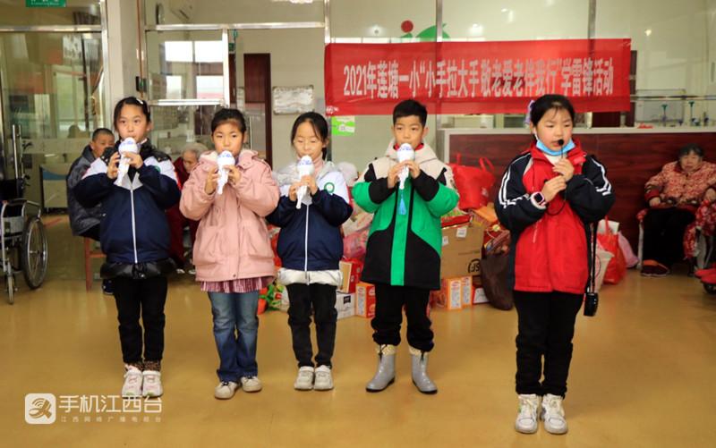 17 莲塘一小少先队员代表在表演节目。姚昉 摄