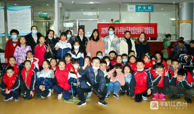 18 莲塘一小的师生代表们集体合影留念。姚昉 摄