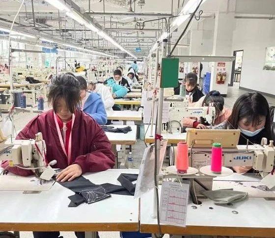 实习学生在工位上工作