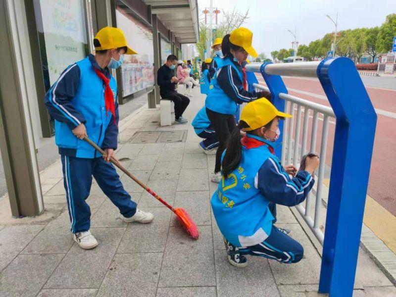打扫公交站台   拍摄人:周家园