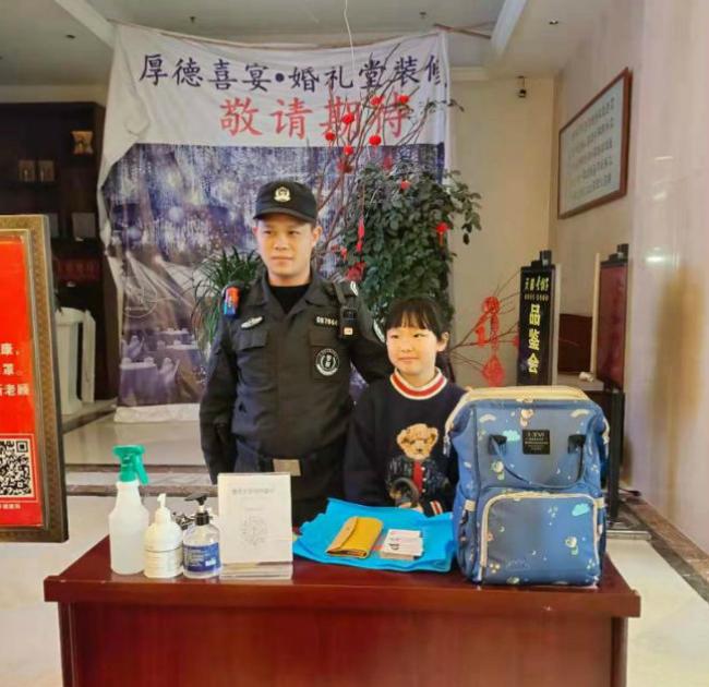 滕佳慧同学与警察在厚德大酒店确认信息时的合影