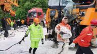 货车高速路上追尾致涂料洒漏路面堵路 赣州高速路政联动多方快速施救保畅安