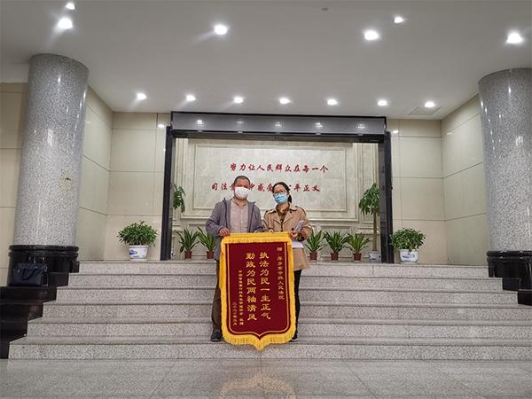 中國音像著作權集體管理協會工作人員為法官們送感謝信和錦旗