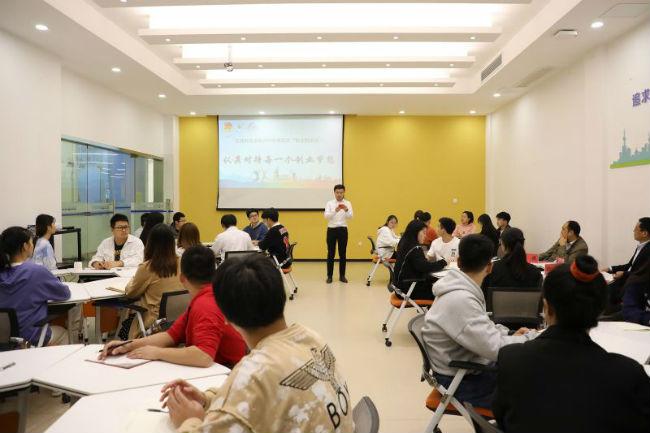 """图2:江西科技学院开展""""创意圆桌烩""""活动"""