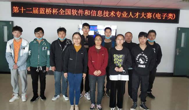 蓝桥杯大赛电子类参赛学生与指导教师合影