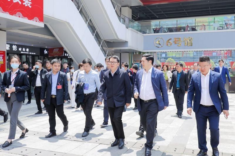 5、洪大集团董事长刘如强向省商务厅党组成员、副厅长饶芝新介绍活动情况