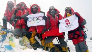 百年瞬间丨北京奥运圣火成功登顶珠峰