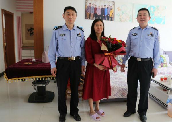 奉新县公安局走访慰问了全国公安系统二级英模廖作镕英烈妻子