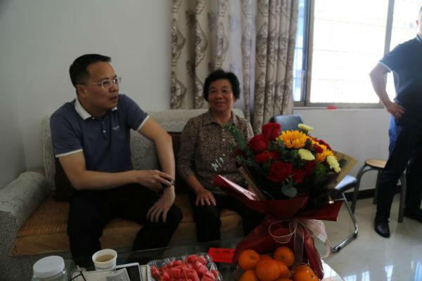 副县长、公安局党委书记、局长黄彩勇同志一行走访慰问了因公牺牲民警陈本桥妻子2