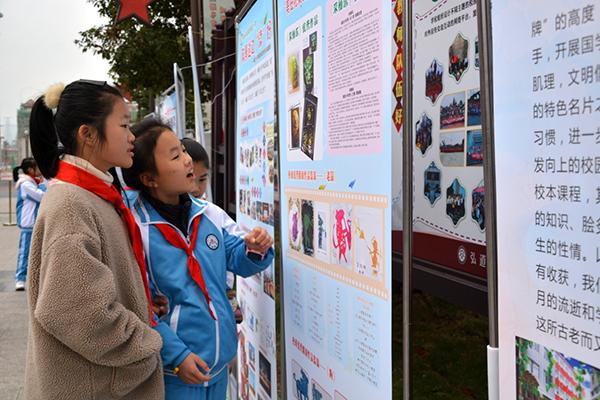 安源学校学生在充满浓厚书香氛围的校园中耳濡目染知识的精华