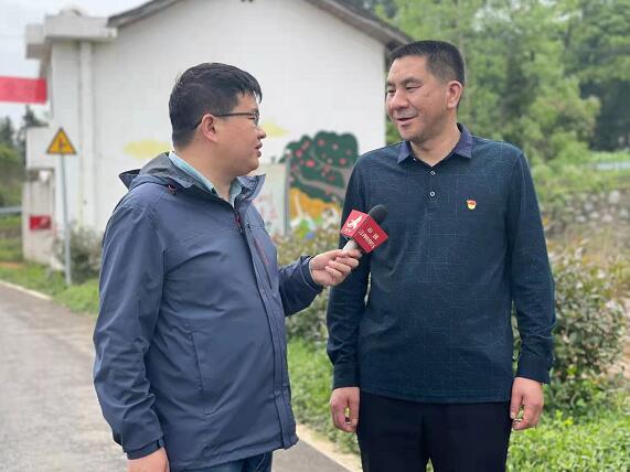1省编办驻村帮扶工作队队长匡灿华接受本台记者采访