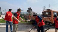 吉安市公路建设和养护中心直属分中心党员先锋为群众安全出行志愿清扫路面碎石