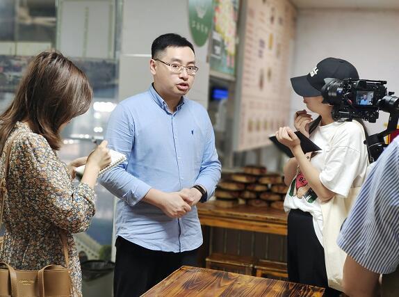 周真真品牌管理有限责任公司副总经理陈式文接受记者采访