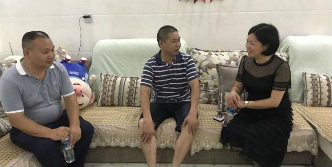党支部书记、校长邓敏一行与困难党员刘小安(中)亲切交谈