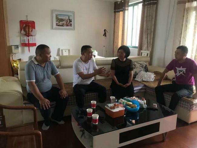 党支部书记、校长邓敏一行与困难党员兰中元(左二)亲切交谈