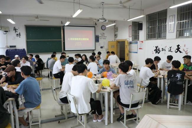 图3:张海涛校长以班主任身份与学生面对面,听取学生学习、生活方面的诉求
