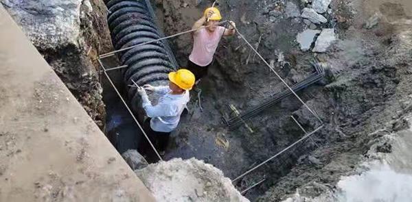 """市政建设工程公司施工人员顶着高温、接受""""烤验""""、加快建设,只为减少对市民出行的影响。"""
