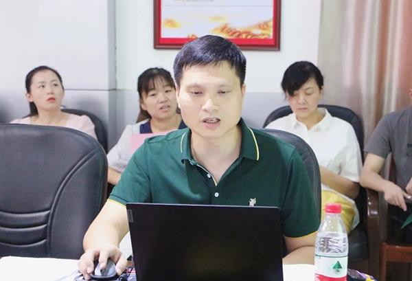 新当选的九江市医学会结核病分会候任主任委员黄华对上届分会工作情况进行总结
