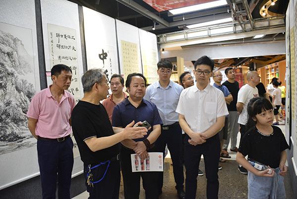 参观上栗县书法美术家协会承办的上栗县庆祝建党100周年书法美术作品