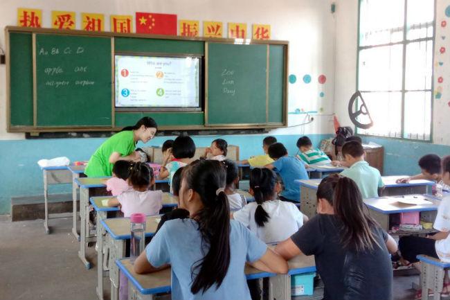 """图6:""""支点-撬动乡村外语教育""""团队的志愿者在南塘镇田南小学开展支教活动"""