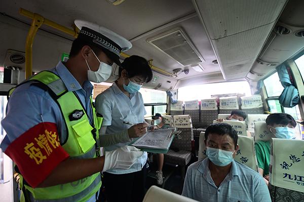 图1:执勤交警对即将出站的客运车辆进行安全检查登记