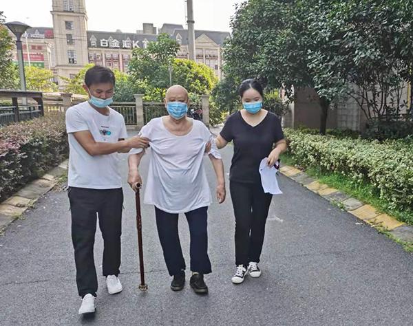 姚茜(左三)