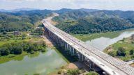 G220万载至袁州段改建工程项目罗家元跨袁河景观桥箱梁架设顺利完成