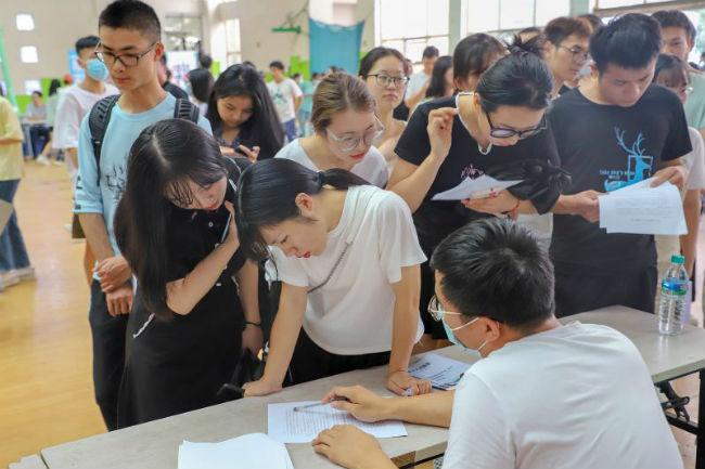 图3:企业代表向前来求职的毕业生介绍公司情况