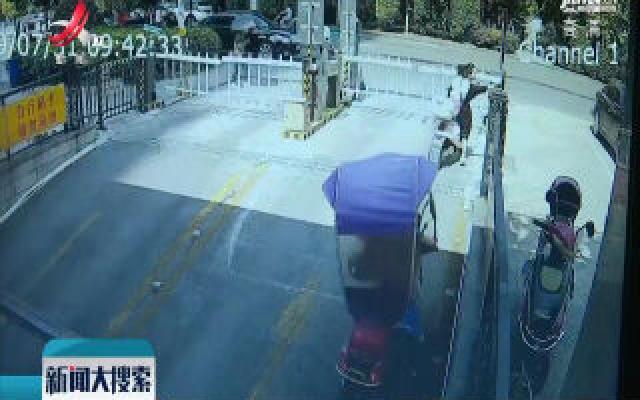 丰城:电动车失控翻到压人 好心路人伸出援手
