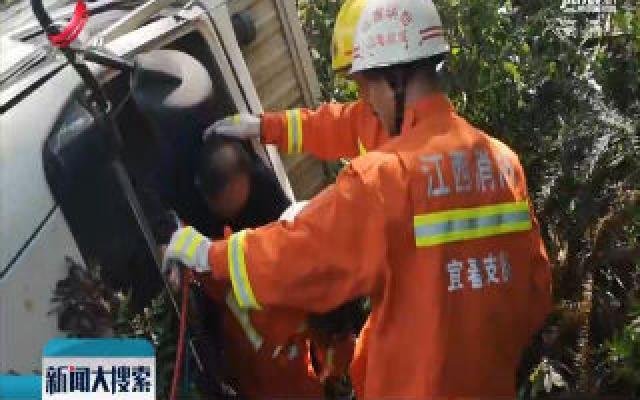 樟树:司机疲劳驾驶翻下路基 交警消防齐救助