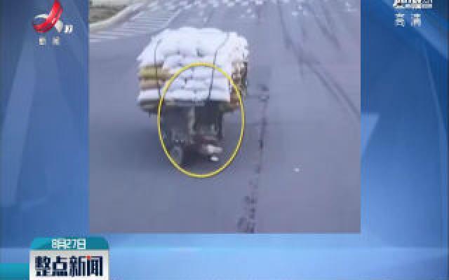 福建莆田:三轮侧翻老人被压 2名小伙搬开货物救人