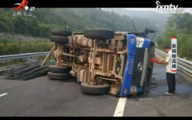 赣州:货车超载460% 一脚刹车直接侧翻了