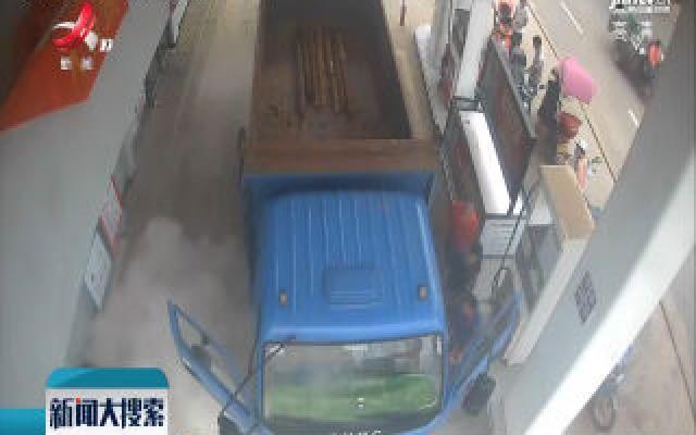 赣州南康:加油站内一车辆冒浓烟 女加油员10秒化险为夷