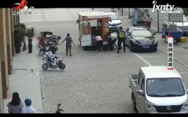【五哥帮忙团】山东:暖心!女子卷入车底 众人抬车施救