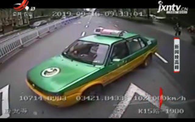 """陕西宝鸡:忘拉手刹出租车""""无人驾驶"""" 公交司机帮忙化险为夷"""