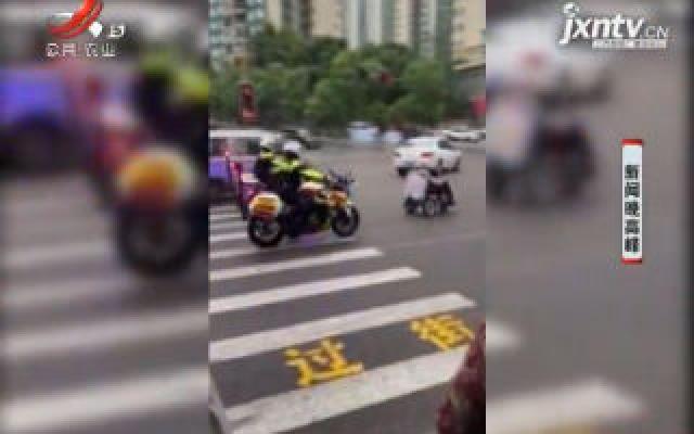 """重庆:""""轮椅老人""""穿行车流中 交警暖心为其护航"""