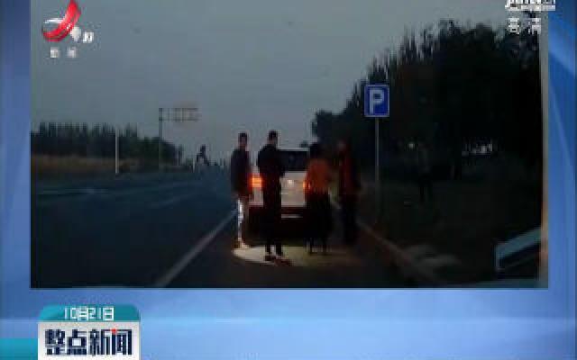辽宁沈阳:路面散落大石头 热心市民及时清理