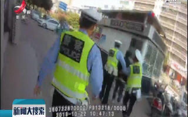 信丰:在逃人员遇路检逃窜 交警合力将其擒获