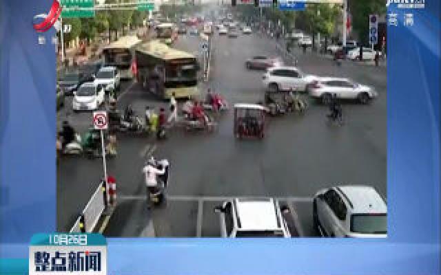 安徽阜阳·小伙骑摩托翘起车头:想跟交警打招呼