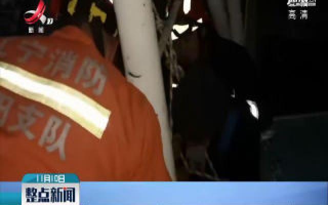 辽宁沈阳:小伙被困40米塔吊 消防高空施救