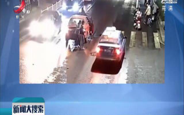 浙江宁波:过马路看手机 被撞后起身继续看手机